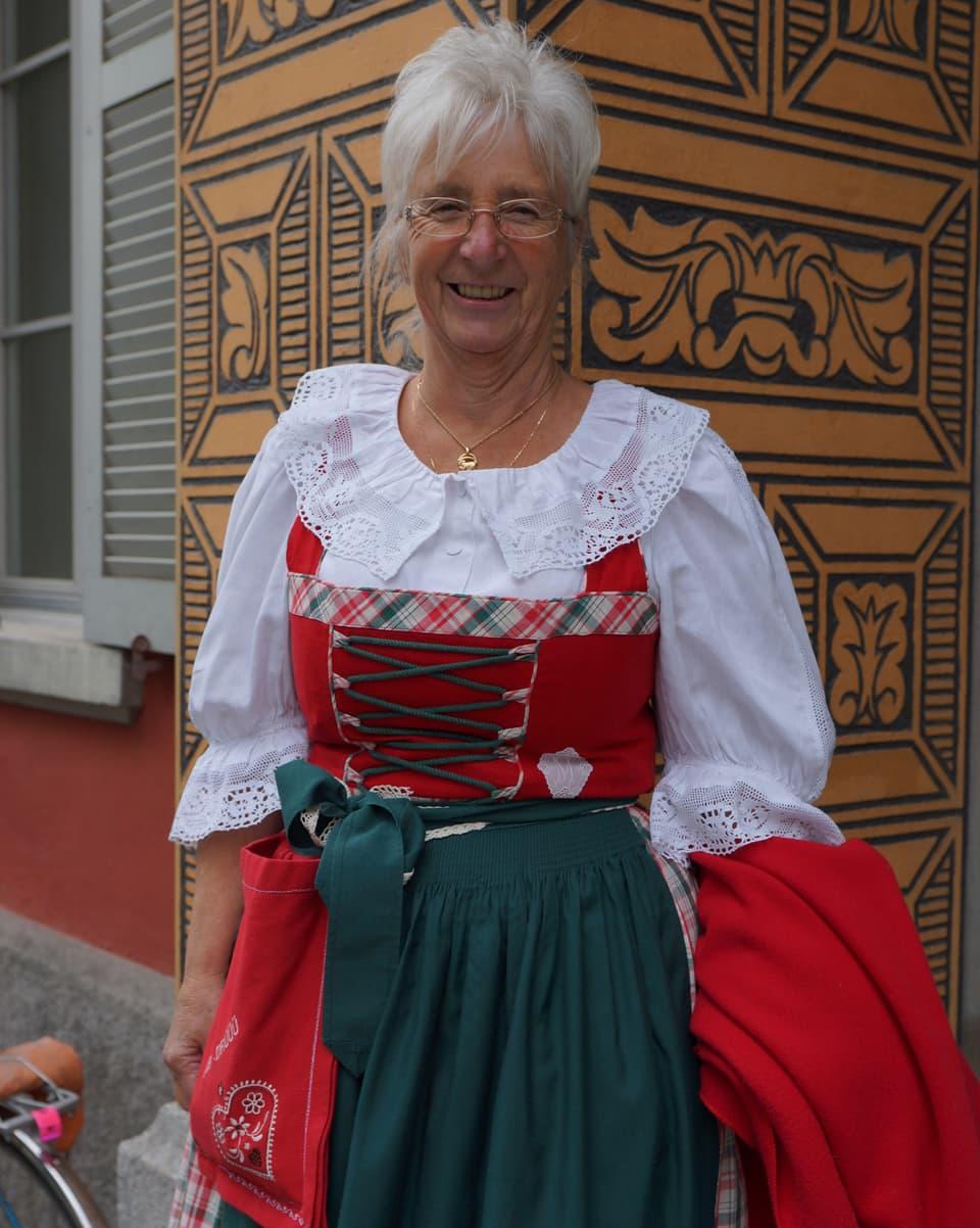 Die Sängerin im Dirndl vor einem verzierten Altdorfer Haus.