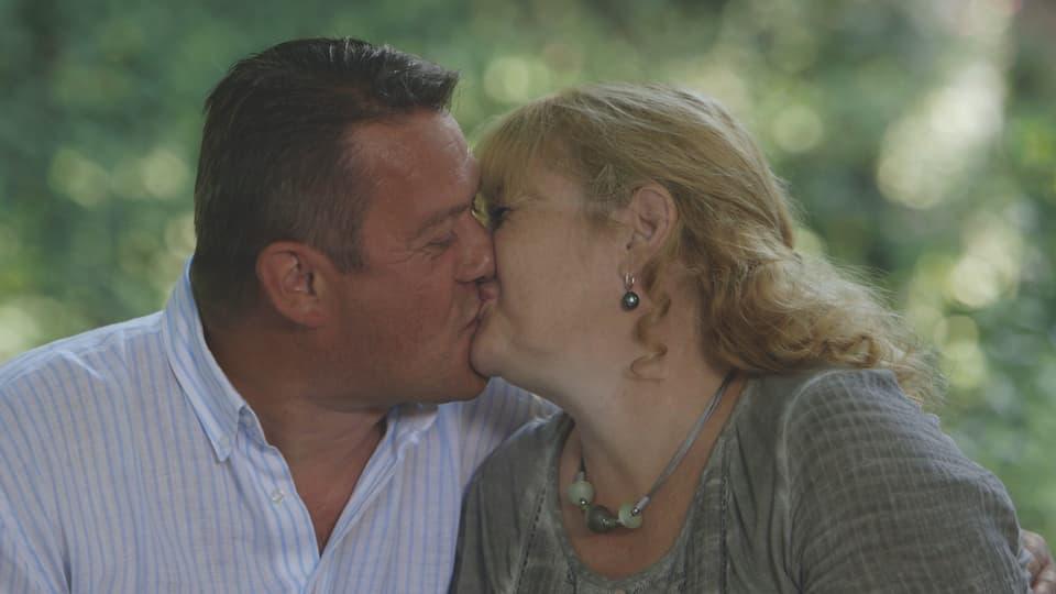 Claudia und Roger küssen sich.