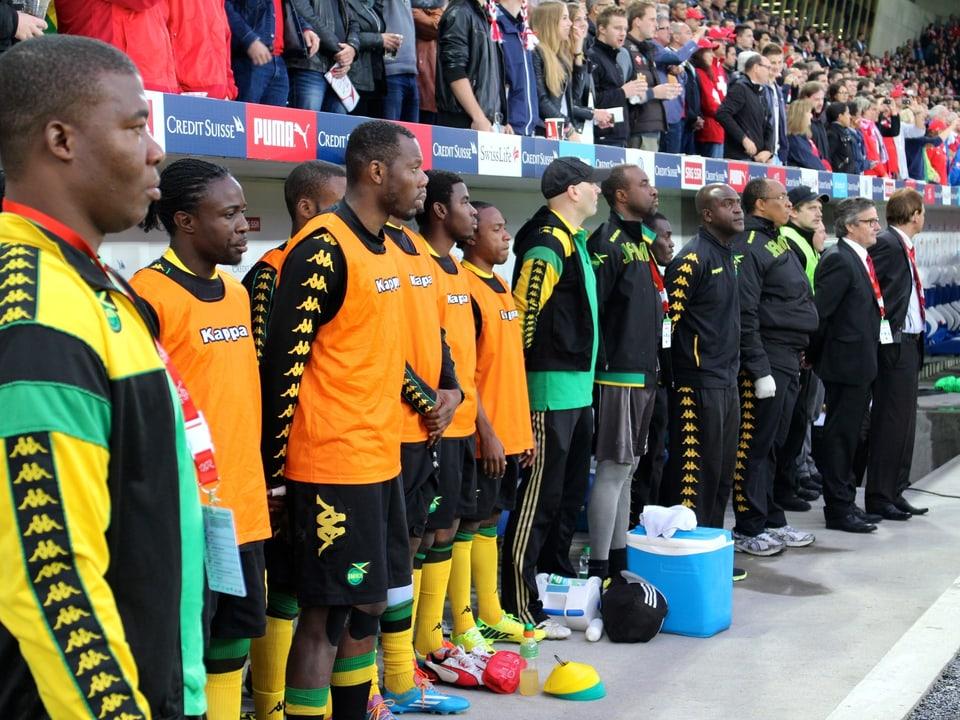 Die Ersatzbank der Reggae Boyz während der jamaikanischen Nationalhymne.