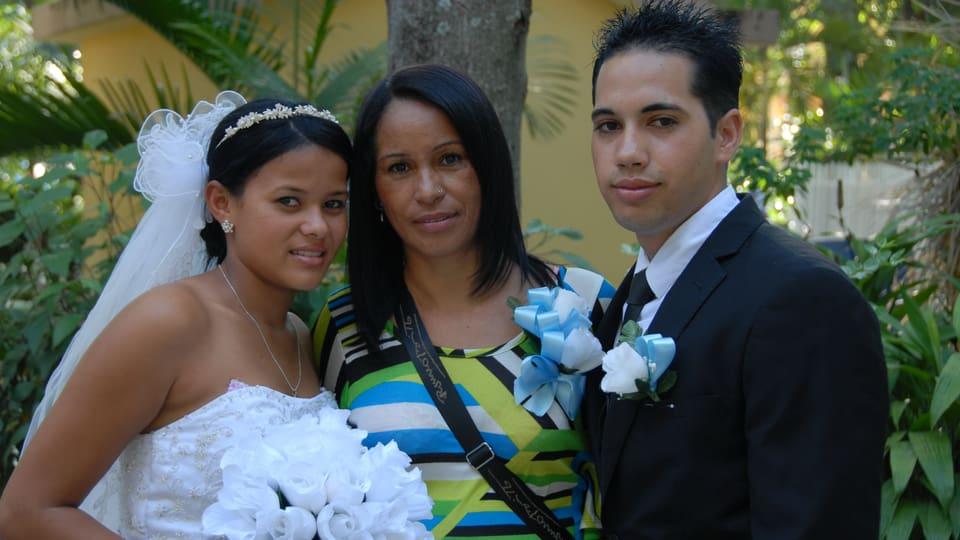 Samuel mit Mutter Marina und Braut Daira im Jahr 2012.