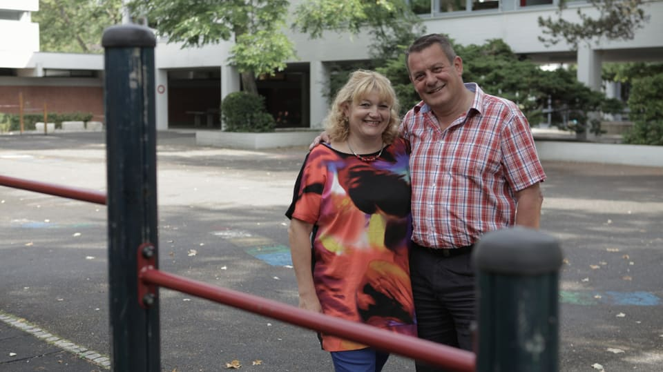 Claudia und Roger vierzig Jahre später auf Besuch im Schulhaus in Riehen bei Basel.