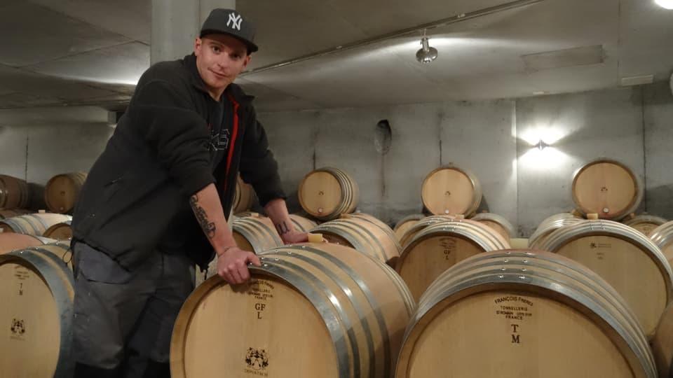 renzo hendry en tschaler da vin avant ina ritscha da barriques