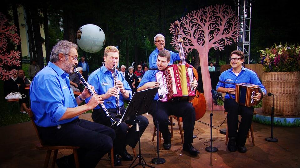 Jodlerquartett AlpeXang & Blechbläser der Musikgesellschaft Ennetbürgen.