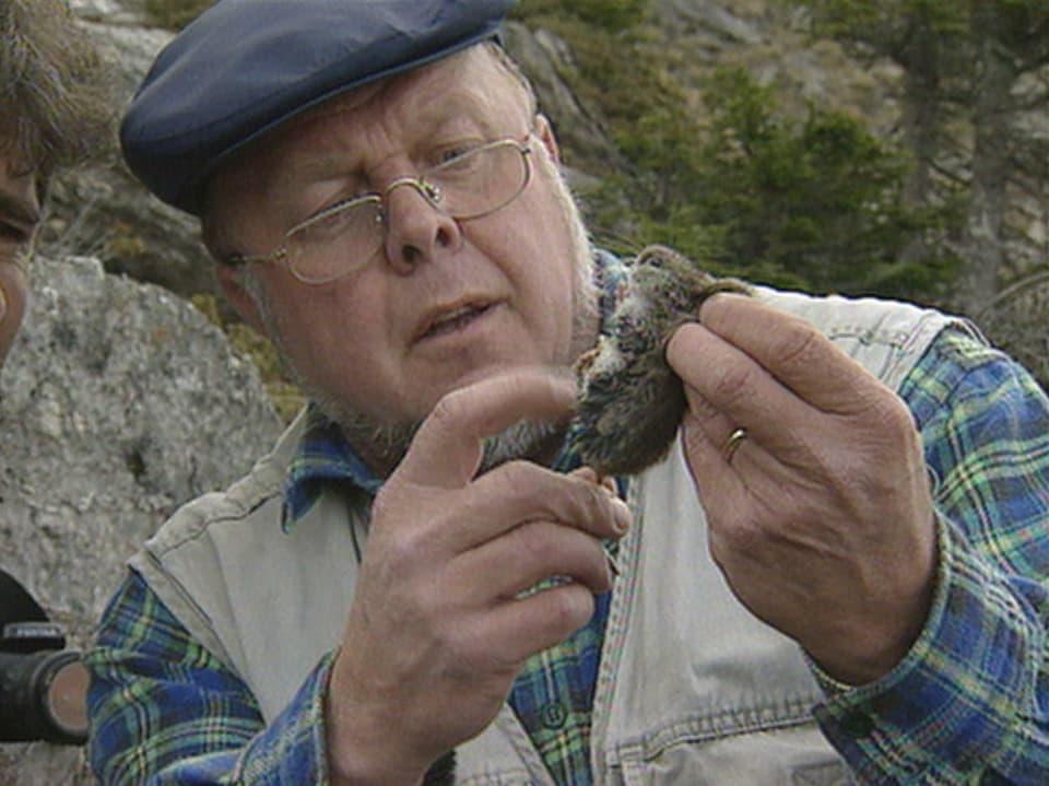 Il zoolog Jürg Paul Müller cun in mieur da naiv che vegn avant tar nus en las gondas en muntogna.
