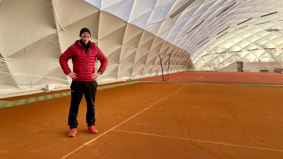 Il president dal club da tennis Domat en la halla provisorica