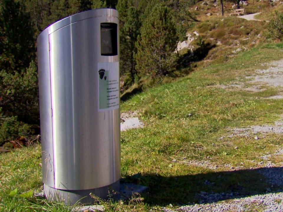 Kein Bären-Snack: Als erste Region hat das Val Müstair bärensichere Abfall-Kübel aufgestellt, um die Tiere nicht an bequemes Futter in menschennähe zu gewöhnen (Abfallkübel aus Metall).