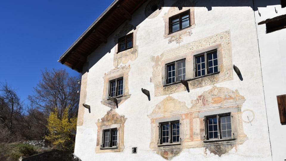 Chasa veglia dal 1605 a Scharons cun maletgs da Hans Ardüser.