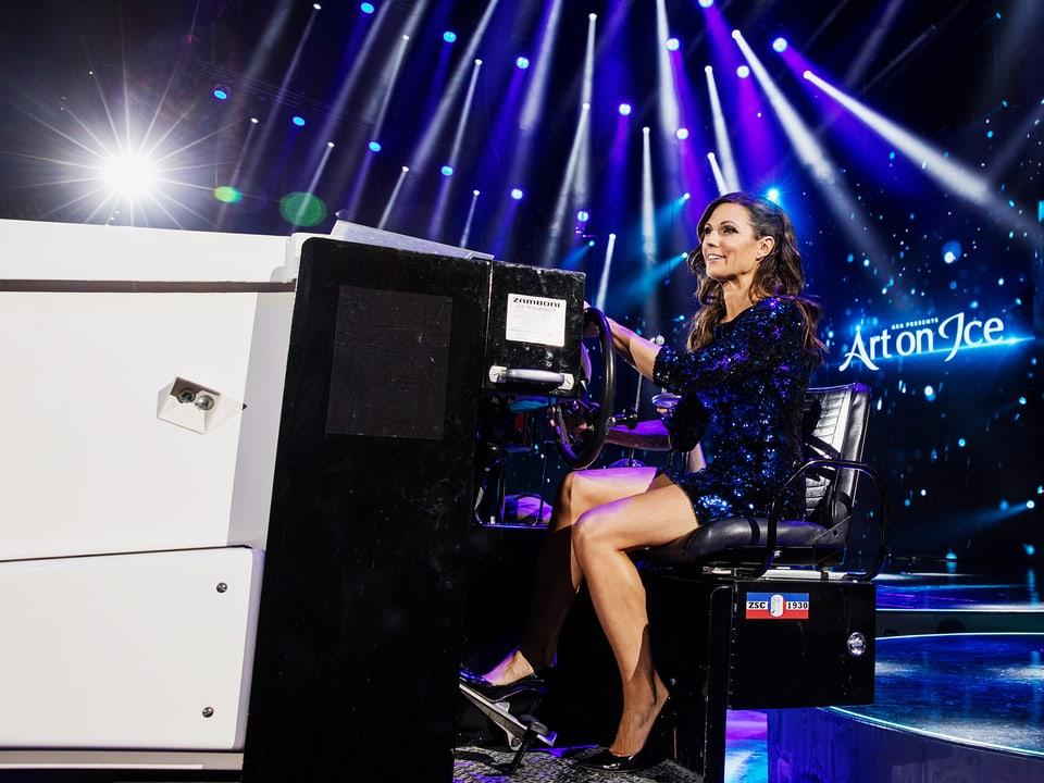Moderatorin Viola Tami fährt auf einer Eismaschine über das Eisfeld