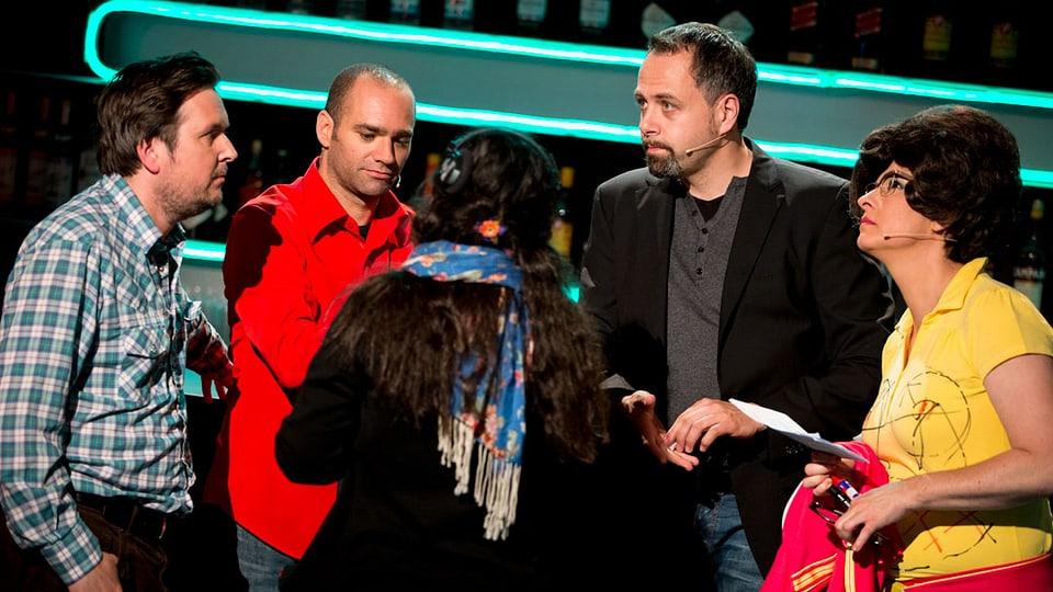 Karim Slama, Matto Kämpf mund Regula Espositio stehen hinter der Bar und bekommen Anwesiungen von Michel Gammenthaler.