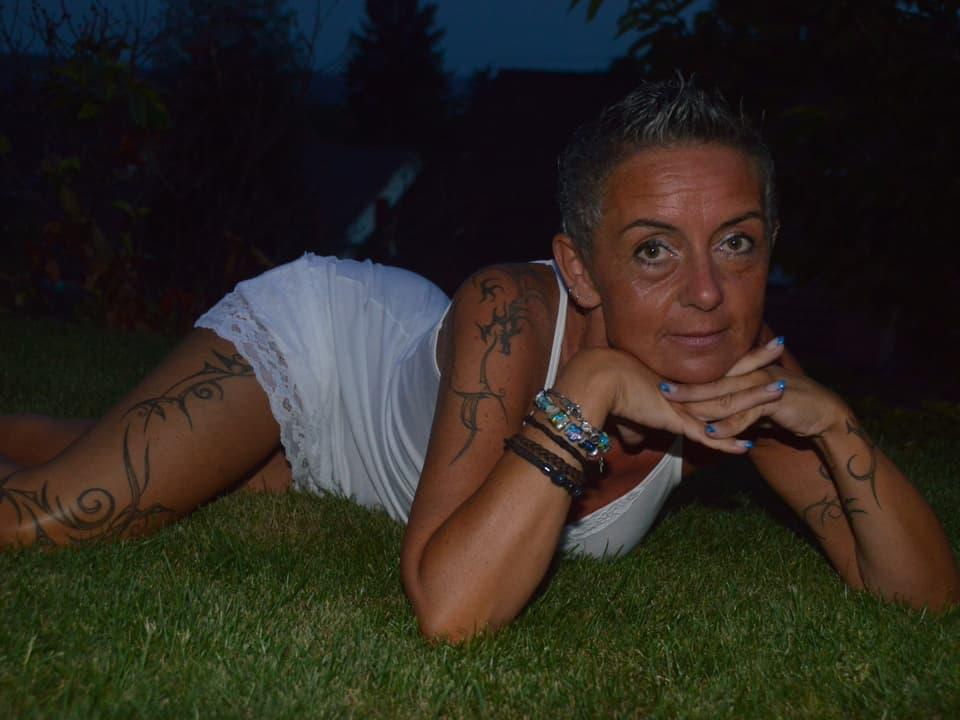 Sandra Suess zeigt ihre Tattoos.
