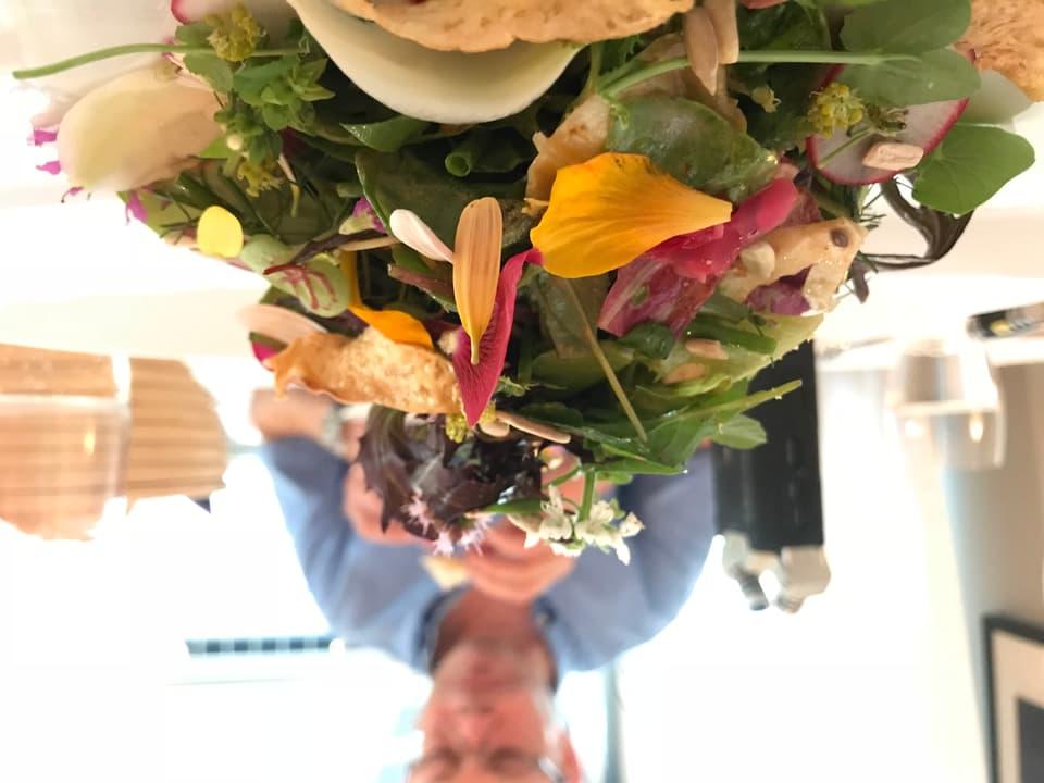 Ein Berg bunter Salat, dahinter David Schnapp.