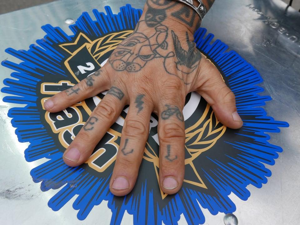 Rock hat seine Finger mit einem Velo, Brief, Blitz und seiner Fahrernummer tätowiert.