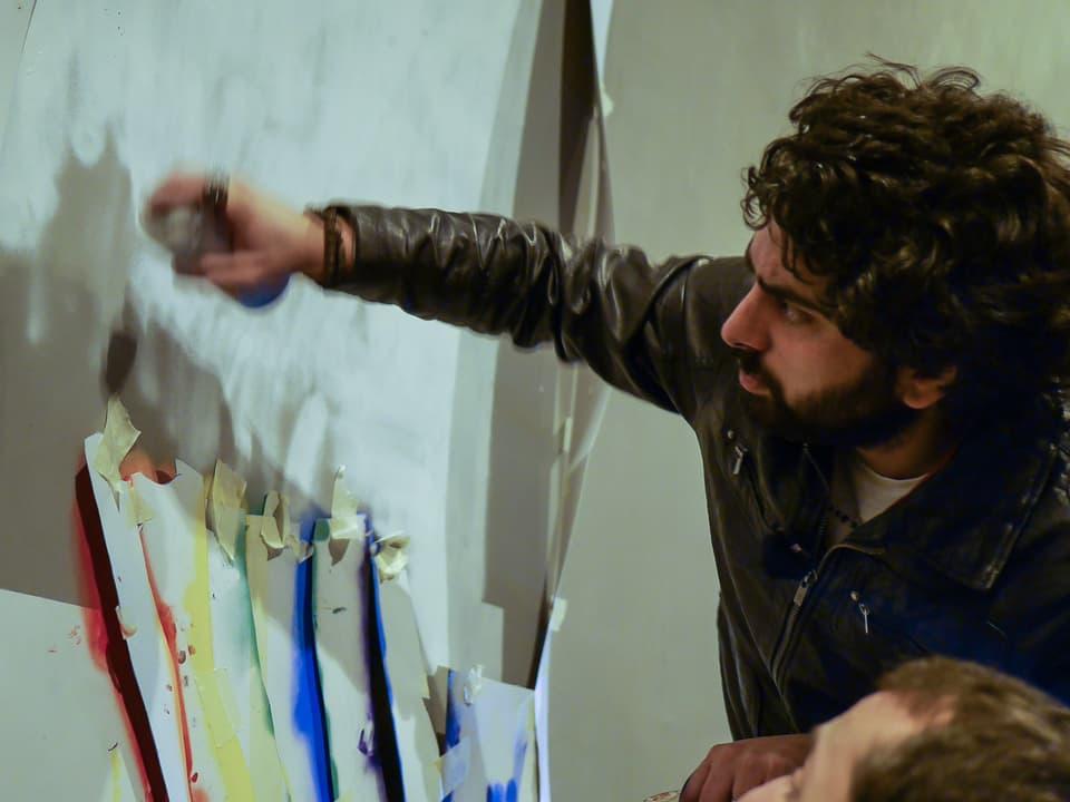 Jugendliche schaffen sich Freiräume. Street Artist Bacha, auch bekannt als 'Dr. Love' ist einer davon. Solange er nicht auf privaten Grundstücken sprayt, sagt niemand was. Andi begleitet ihn auf einer nächtlichen Tour.