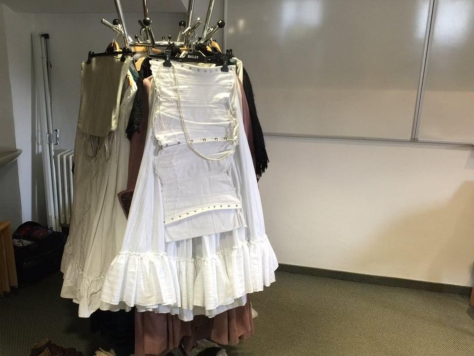 Unterrock und Korsett aufgehängt an einem Kleiderständer