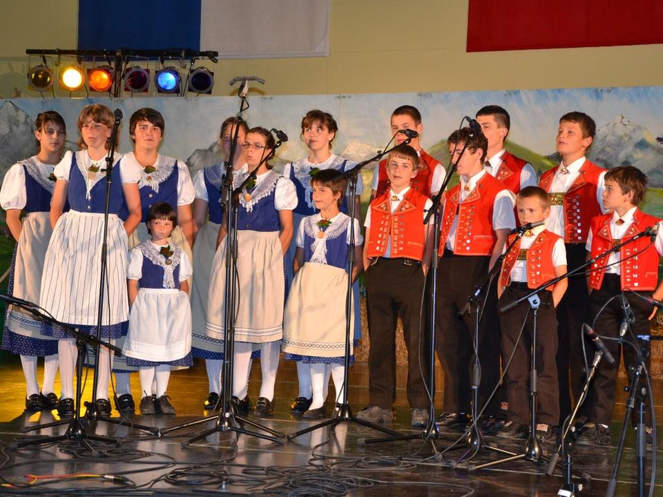 Die Sängerinnen und Sänger des Jugendchors Hundwil beim Auftritt im Rahmen des Wettbewerbs «Folklorenachwuchs 2013».
