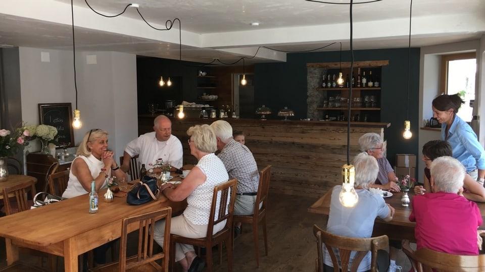Ils giasts giaudan l'atmosfera en il café nov «La centrala» a Mustér.