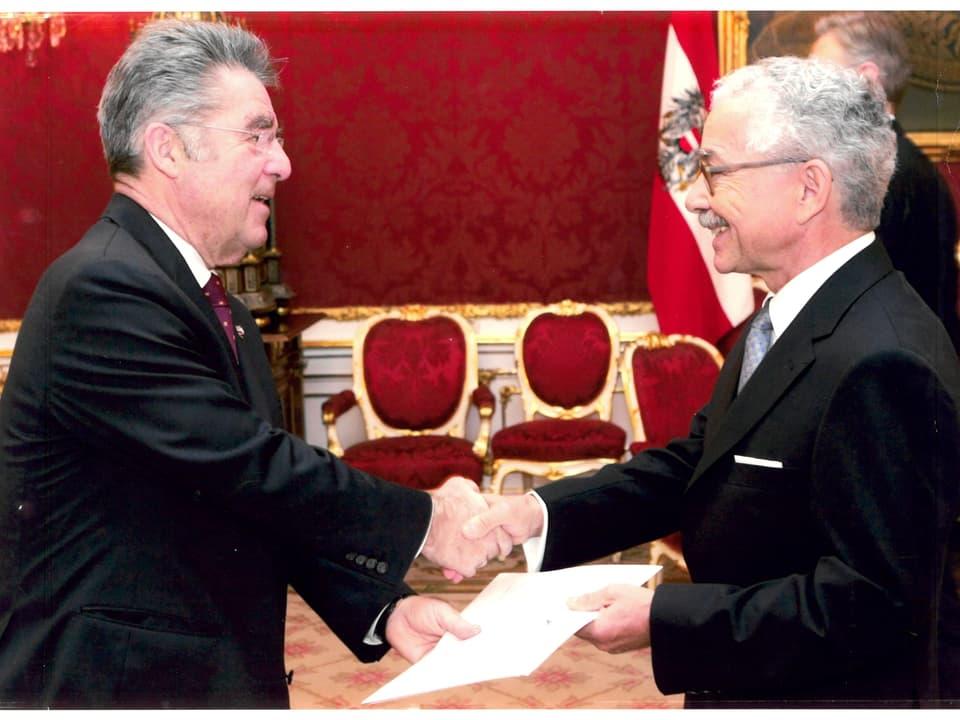 A chaschun da la surdada dal credenzial al president da l'Austria, Heinz Fischer a Vienna. Oscar Knapp è stà ambassadur svizzer en l'Austria dal 2006 enfin il 2010.
