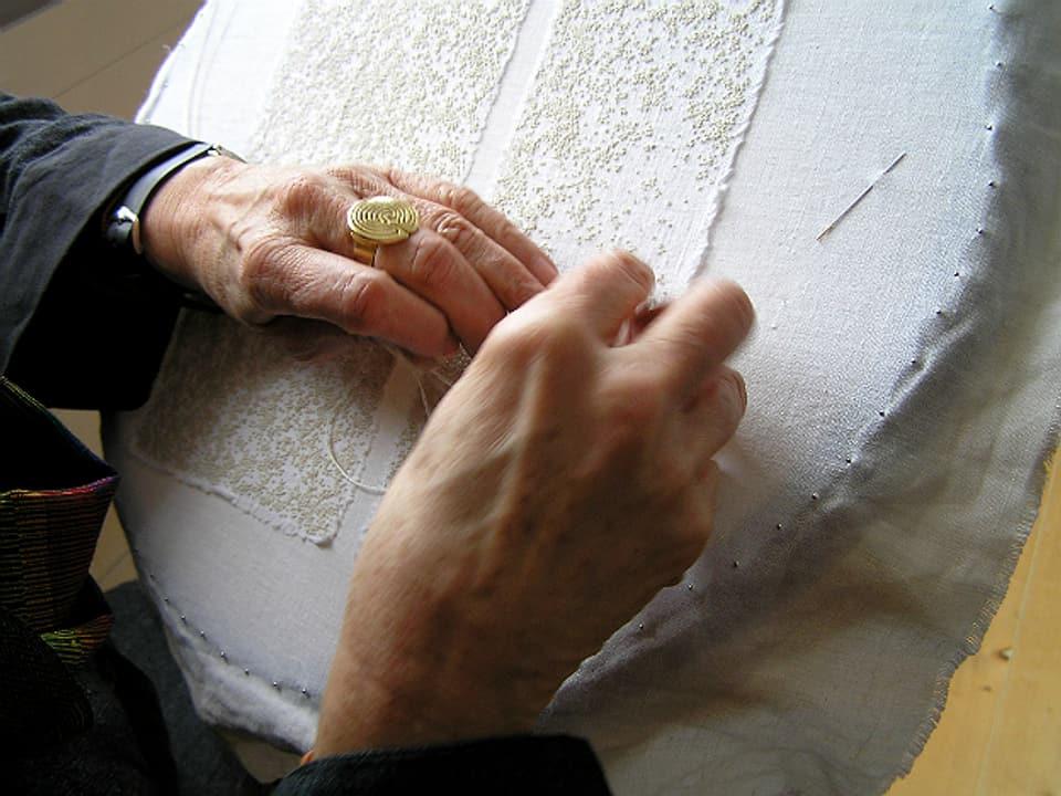 Stickrahmen mit Händen