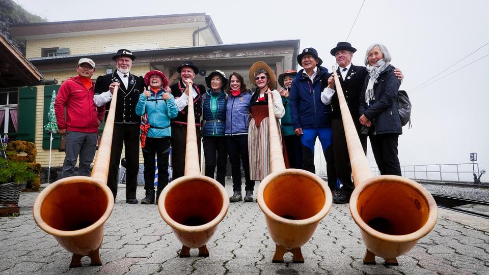Heimatliche Klänge: Mona mit Berner Alphornbläsern und koreanischen Touristen