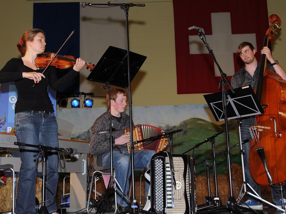 Die Formation Dreierlei spielt Geige, Schwyzerörgeli und Kontrabass. Das Bild zeigt sie bei ihrem Auftritt am Nationalen Final des Wettbewerbs «Folklorenachwuchs 2013».