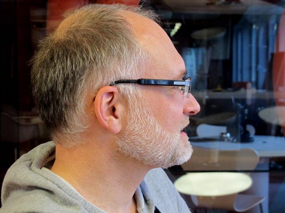 Porträt von Marcel Hähni seitlich.