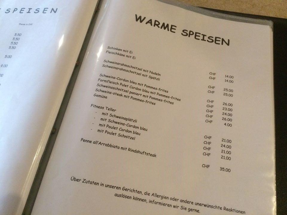 Speisekarte mit Menus wie Cordon Bleu oder Schweinsrahmschnitzel mit Nüdeli oder Pommes Frites.