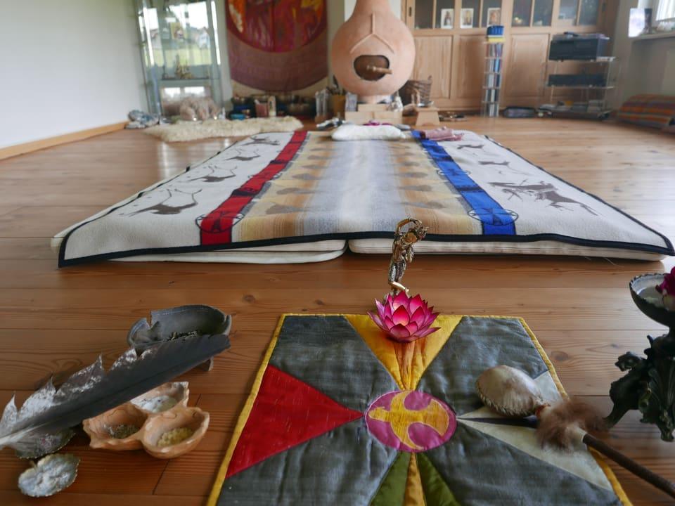 Auf dieser Matte in der Praxis der Schamanin Anna Lara Rhyner geht es auf eine schamanische Reise