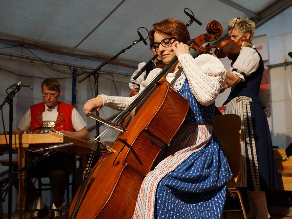 Grossaufnahme von Kathrin Bolt am Cello.