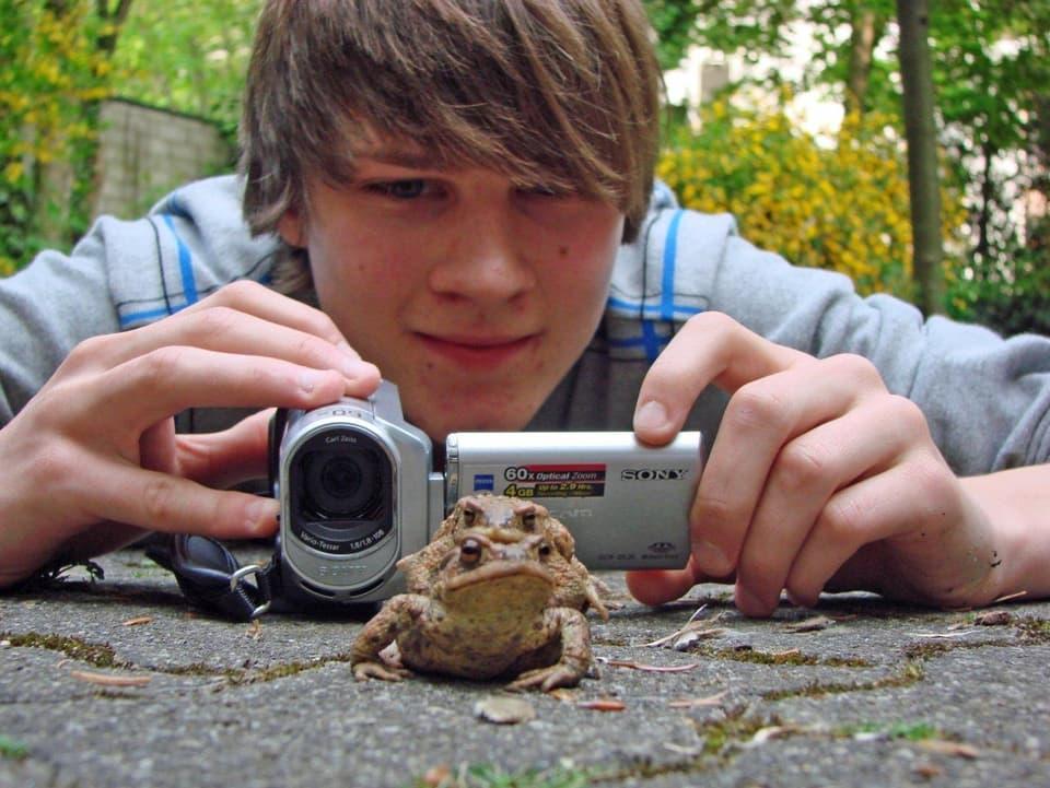 Kein Tier ist zu klein um interessant zu sein: Das Erdkrötenpaar lässt sich von Maurice Eggimann nicht aus der Ruhe bringen. (Maurice filmt ein Erdkrötenpaar aus nächster Nähe)