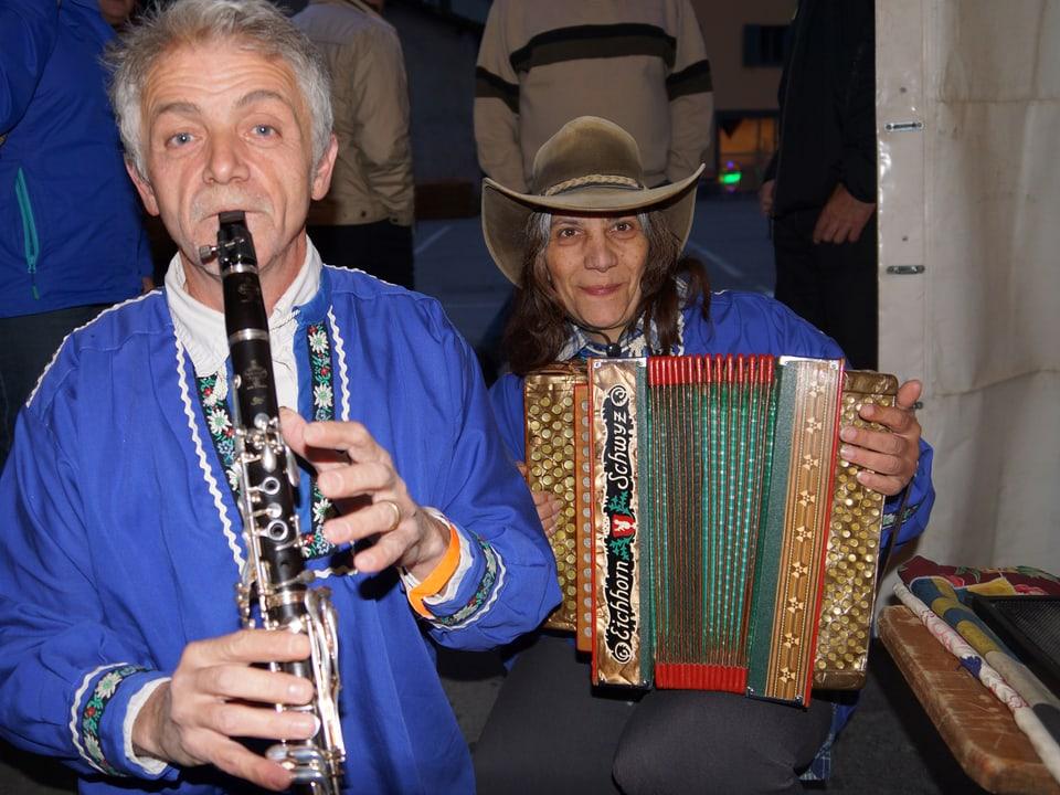 Ein Klarinettist und eine Akkordeonspielerin in Bündner Sennenkutten.