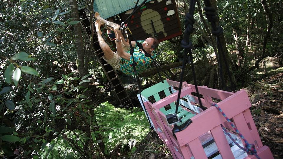 Chris Darwin konstruiert eine Seilbahn zur Baumhütte seiner Kinder.