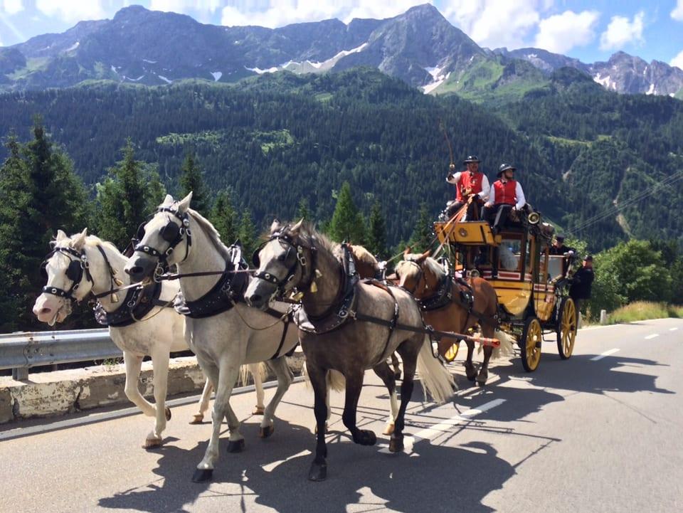 Kutsche mit fünf Pferden auf einer Strasse