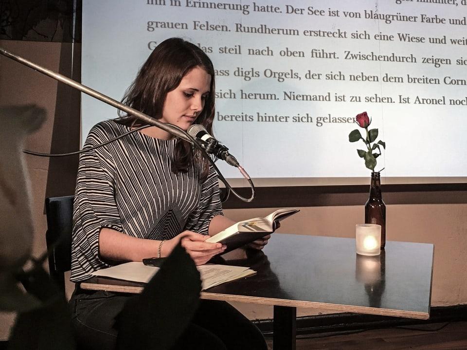 Dominique Dosch, scribenta. Ella raquinta pertge che preleger texts umoristics è magari pretensius e pertge che far musica na fiss nagut per ella.