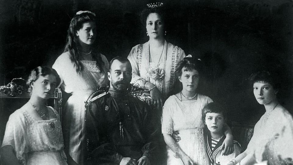 Zar Nikolaj II e sia famiglia. Els èn tuts vegnids assassinads il 1918.