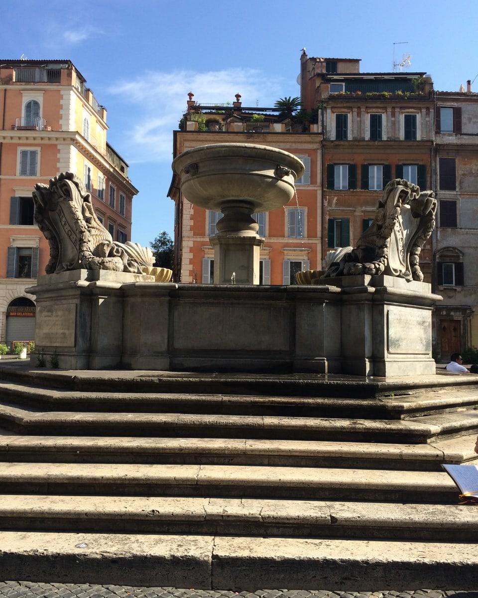 La funtauna amez la plazza Sta. Maria a Trastevere. La saira s'entaupan qua oravant tut ils giuvens e las giuvnas