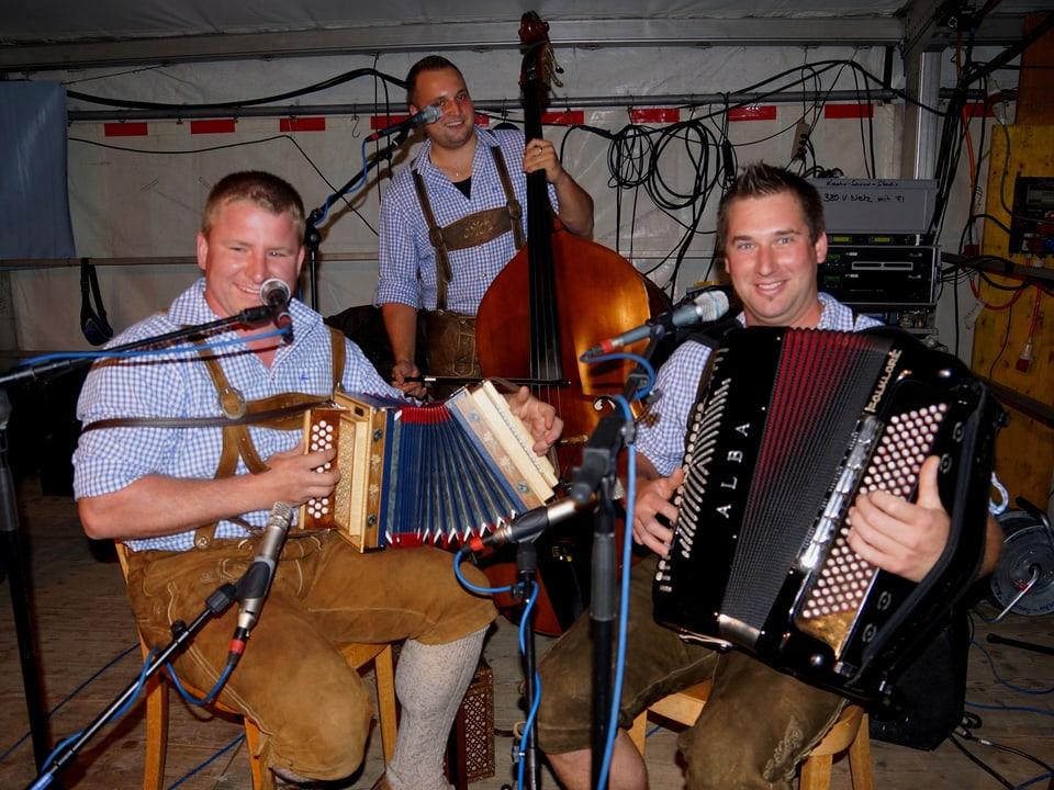 Drei Musiker mit ihren Instrumenten: Schwyzerörgeli, Akkordeon und Kontrabass.