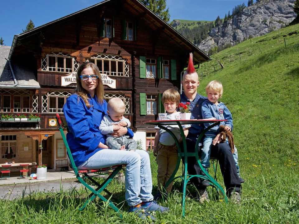 Familie vor Bauernhaus.