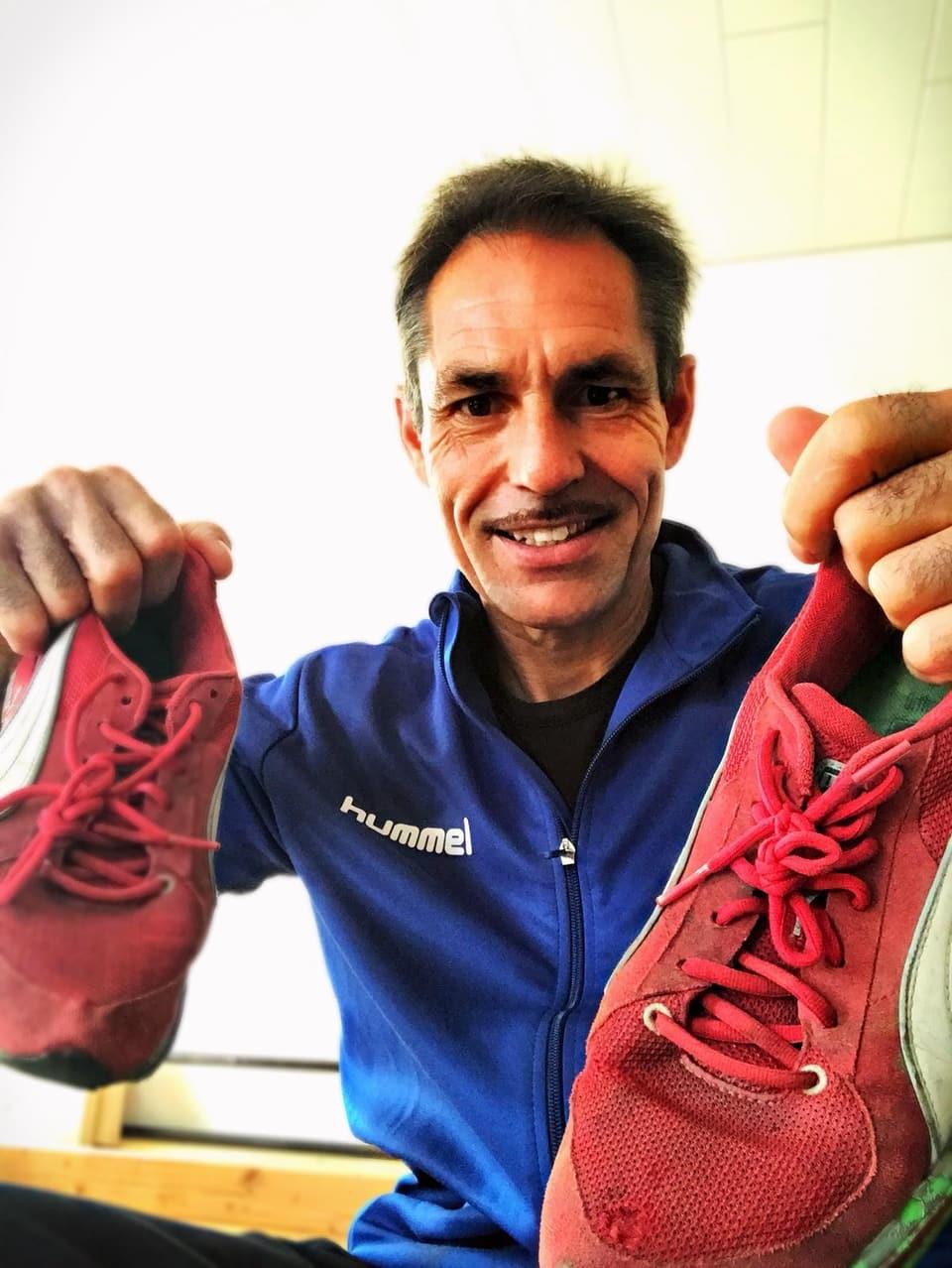 Freddy Nock mit roten Joggingschuhen