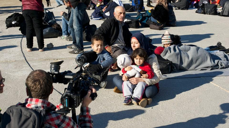 Patrick Schellenberg interviewt eine syrische Mutter.
