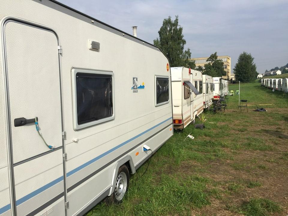 Wohnwagen sind auf einer langen Linie hintereinander parkiert.
