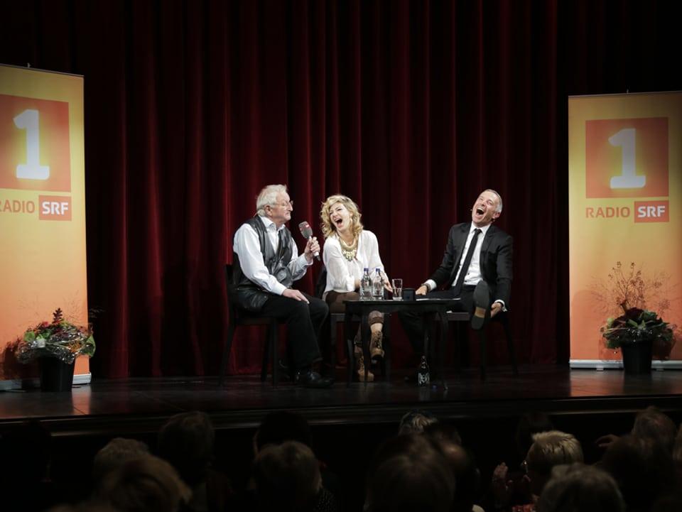 Peter Bichsel bringt Eliana Burki und Dani Fohrler zum Lachen.