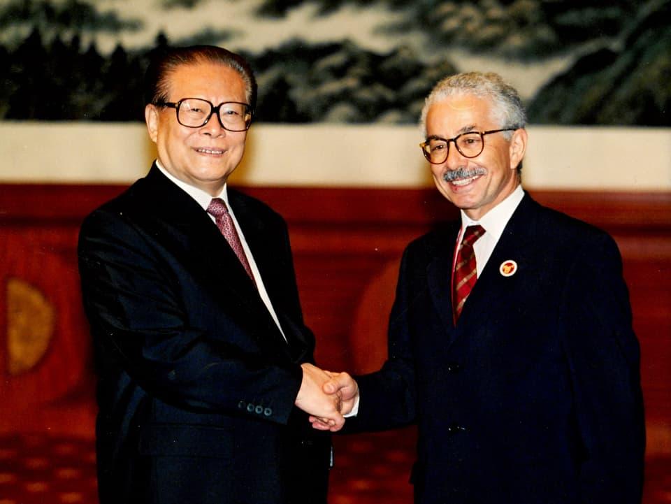 Sco guvernatur da la Svizra a la Banca Asiatica da svilup ha Oscar Knapp inscuntrà il president da la China, Jiang Zenin a Shanghai.