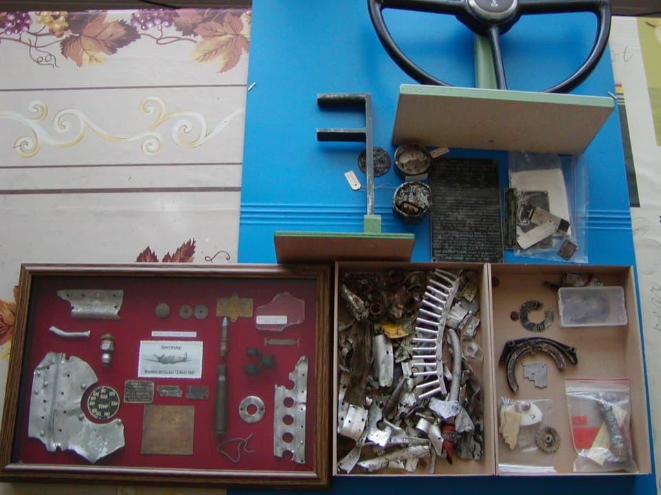 Trümmerteile in Schachteln.