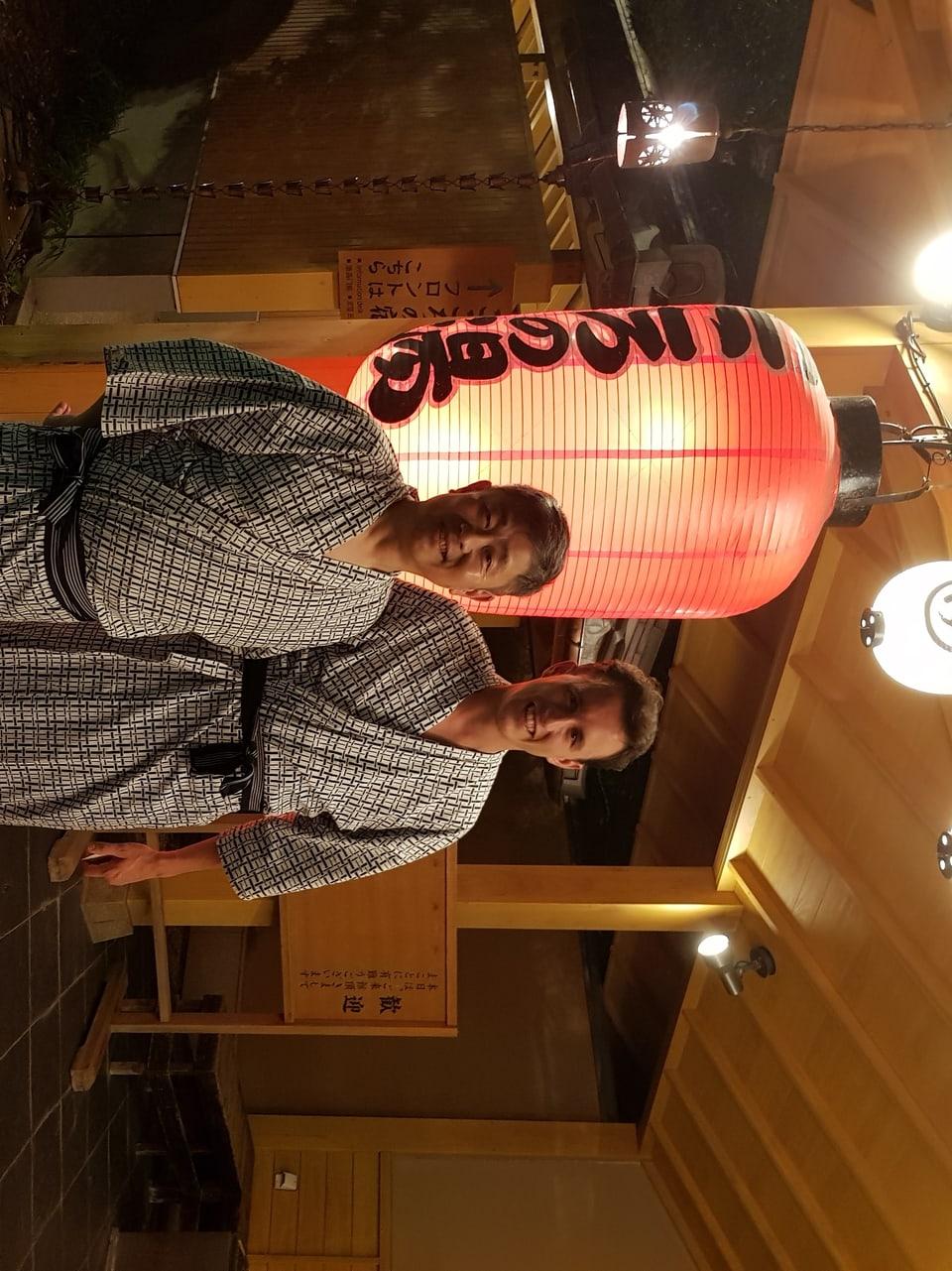 Der Protagonist Guy Estoppey posiert in einem Kimono mit einem Japaner für das Foto.