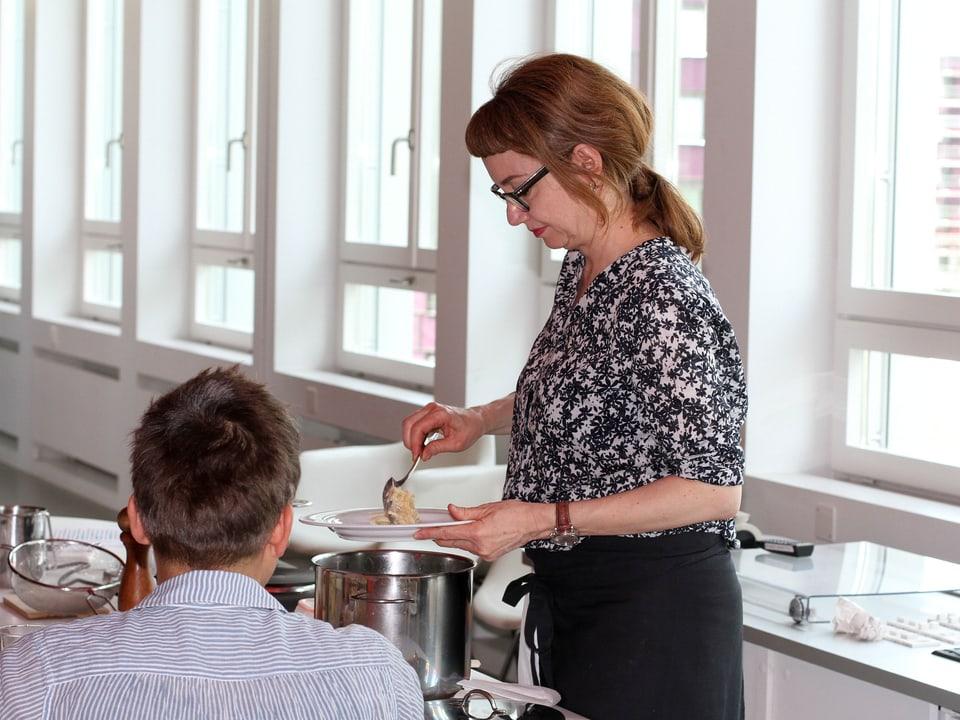 Maja Brunner serviert die Älplermagronen.