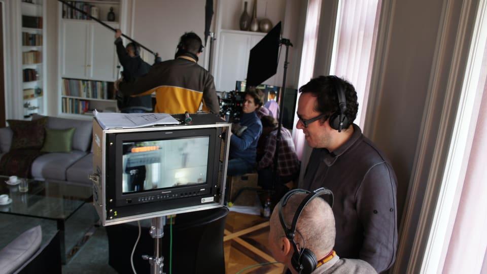 Regisseur Martin Guggisberg und Autor Hansjürg Zumstein verfolgen die Szene am Bildschirm.