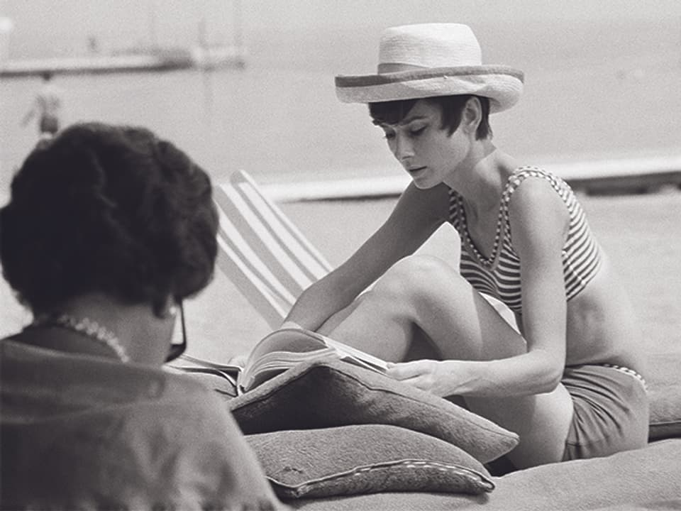 Audrey Heburn und Yul Brynner am Strand.