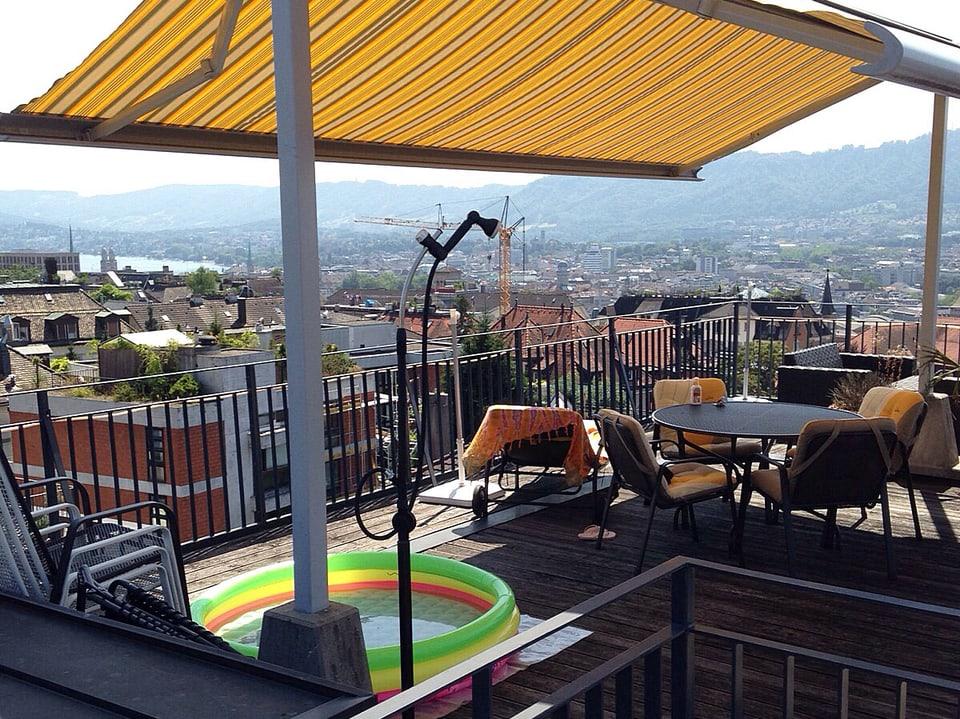 Dachbalkon mit Blick über die Stadt Zürich.