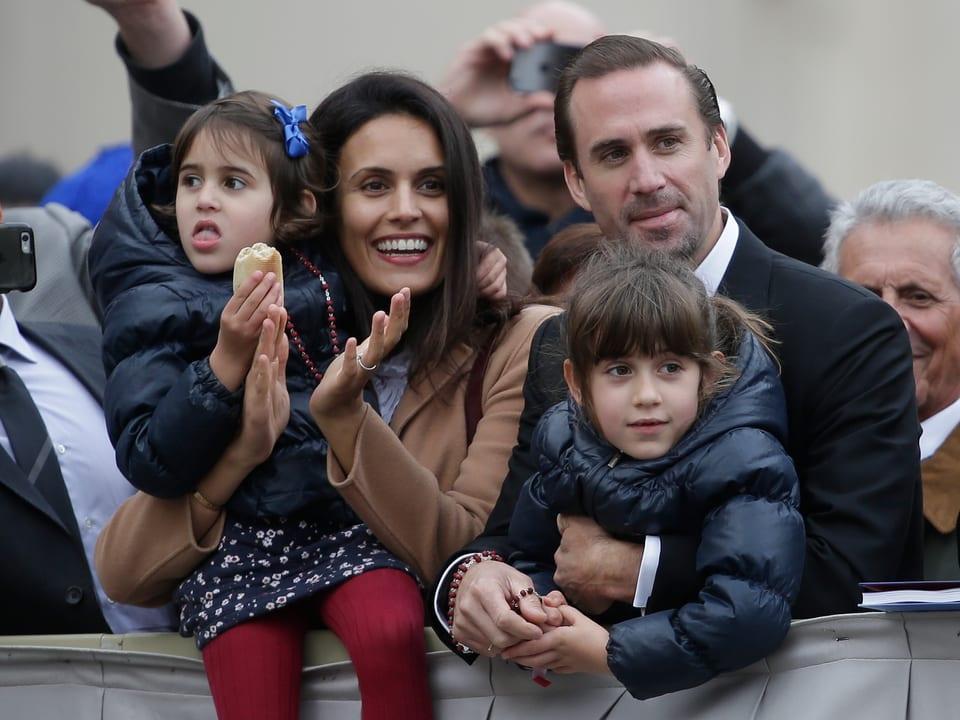 Joseph Fiennes mit Frau Maria Dolores und ihren zwei Töchtern. Sie applaudieren dem Papst zu.