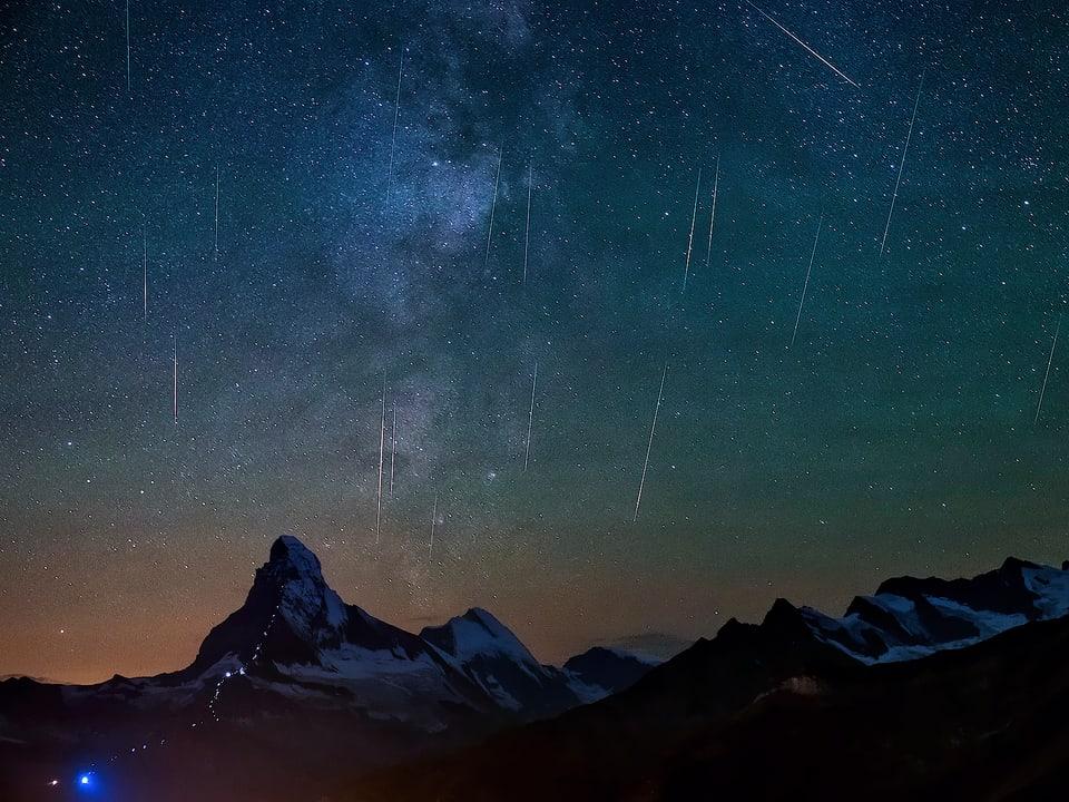 Sternschnuppen über den Bergen.